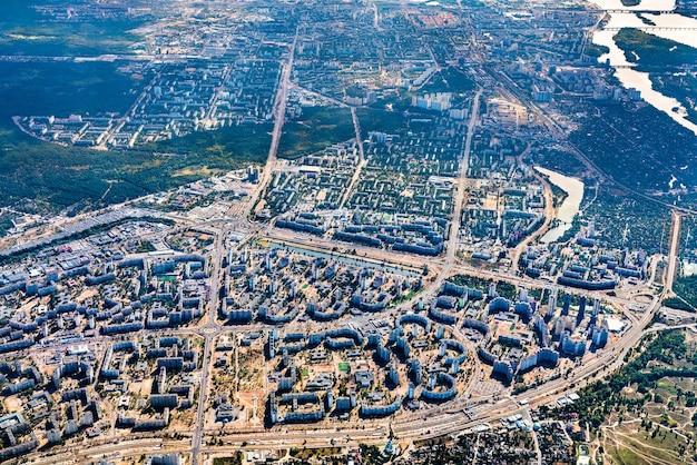 Vue aérienne des quartiers résidentiels de la rive gauche du dniepr à kiev, ukraine