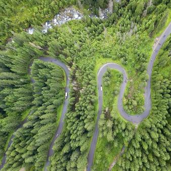 Vue aérienne de quelques serpentins de route