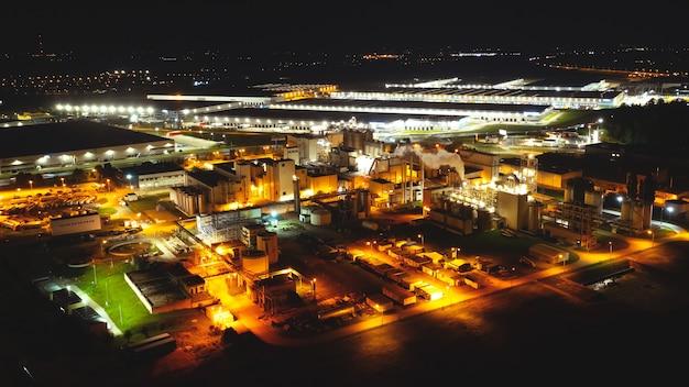Vue aérienne de la raffinerie de pétrole la nuit