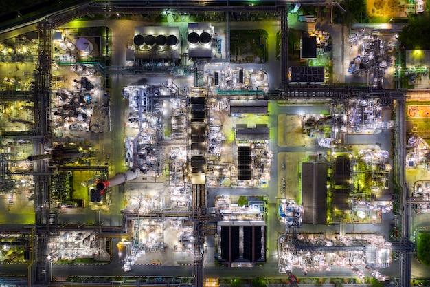 Vue aérienne, une raffinerie de pétrole et une usine de raffinerie de gaz forment la zone industrielle la nuit.