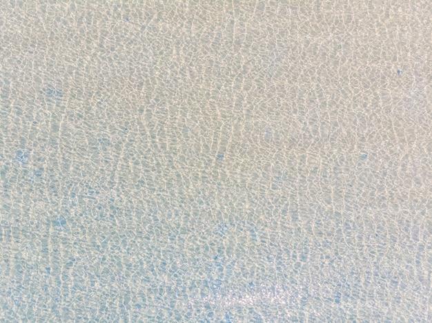 Vue aérienne de la réflexion de l'eau de mer et océan avec la lumière du soleil
