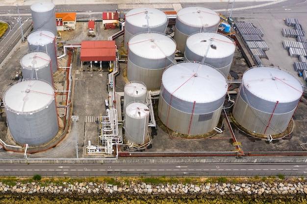 Vue aérienne d'un des réservoirs industriels de carburant dans un port maritime, prise de vue depuis un drone