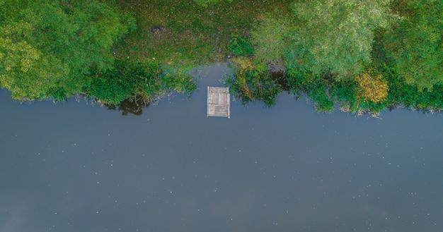 Vue aérienne de la rivière et de la forêt d'automne