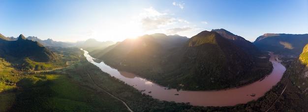 Vue aérienne de la rivière nam ou nong khiaw muang ngoi laos