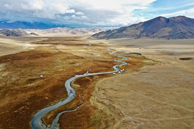 Vue aérienne de la rivière orkhon en mongolie