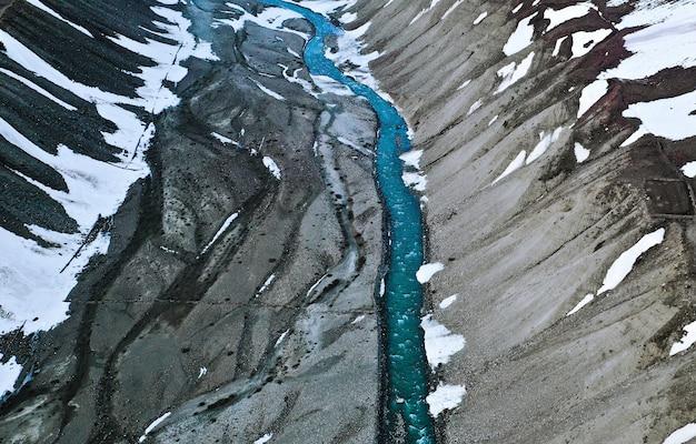 Vue aérienne de la rivière pin qui coule sur le terrain accidenté du parc national de pin valley