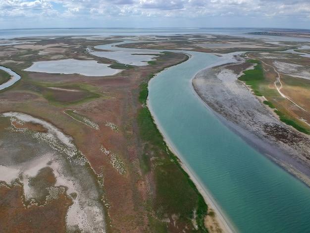 Vue aérienne d'une rivière se jetant dans la mer
