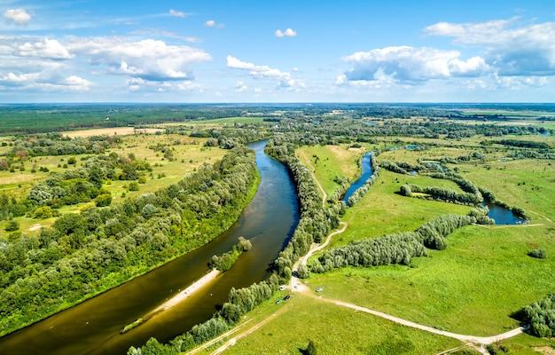 Vue aérienne de la rivière seym à baturyn dans l'oblast de tchernihiv en ukraine