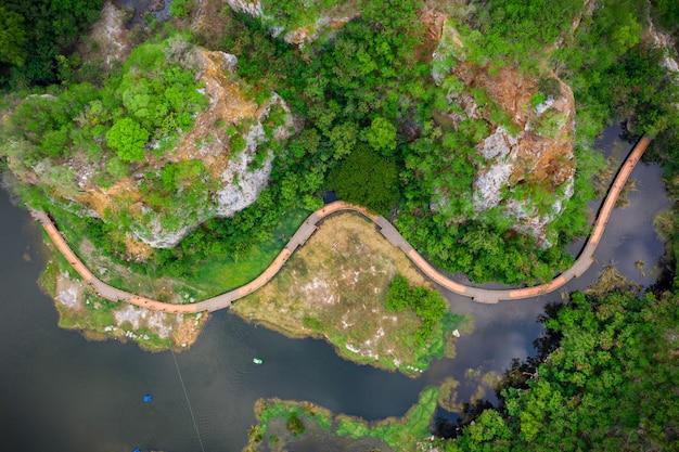 Vue aérienne sur les rochers de la montagne khao ngoo ou les rochers du serpent: haute falaise et province de ratchaburi en thaïlande
