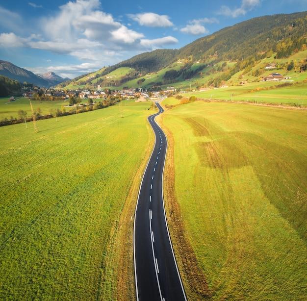 Vue aérienne de la route dans la vallée de montagne