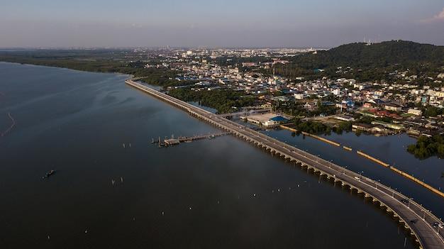 Vue aérienne de la route ou du pont au bord de la mer