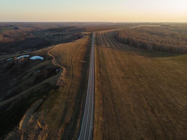 Vue aérienne d'une route d'été