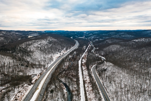 Vue aérienne, de, route, à, forêt neigeuse