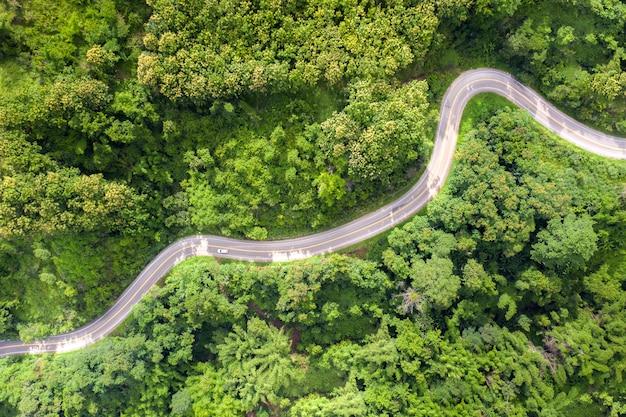 Vue aérienne sur la route de montagne traversant le paysage de la forêt tropicale humide en thaïlande.