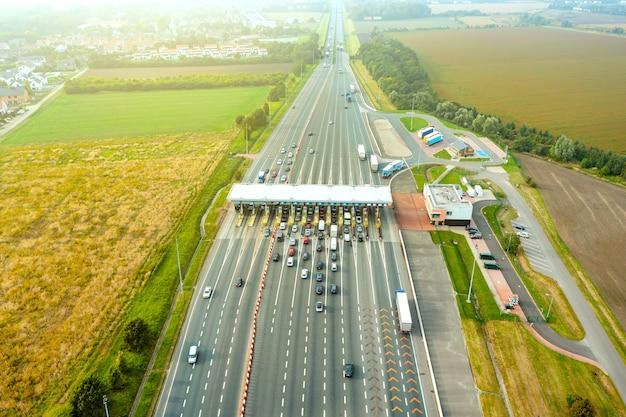 Une vue aérienne d'une route à péage très fréquentée avec de nombreuses voitures faisant la queue pour payer le péage de l'autoroute
