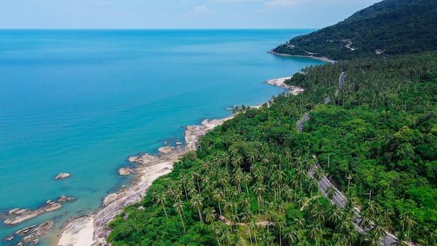 Vue aérienne de la route et de la plage entre khanom et sichon, nakhon si thammarat, thaïlande