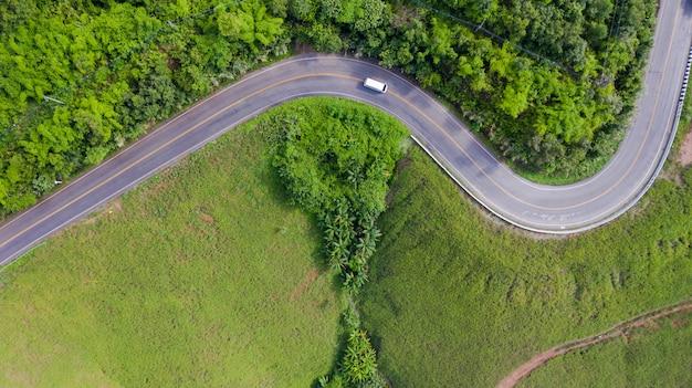 Vue aérienne de la route rurale dans la campagne, vue depuis un drone