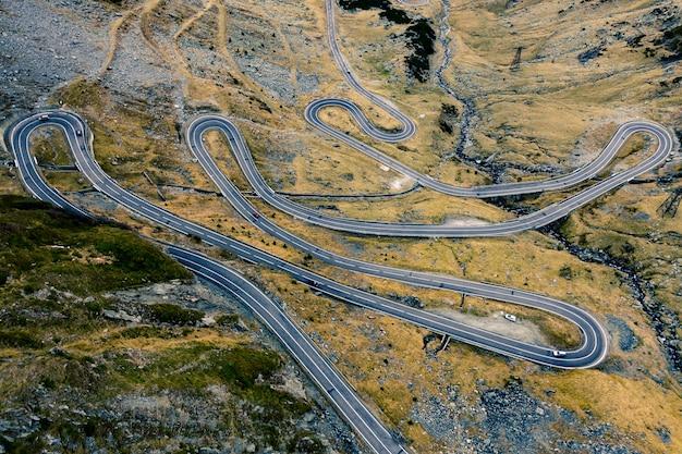 Vue aérienne de la route transfagarasan dans les montagnes roumaines