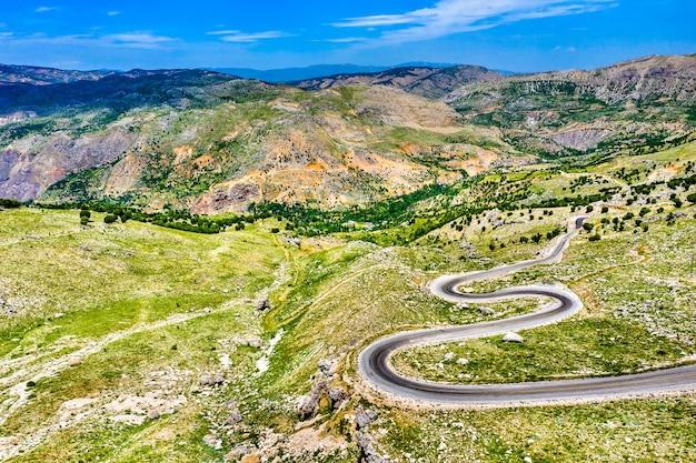 Vue aérienne d'une route vers nemrut dagi dans les montagnes de turquie