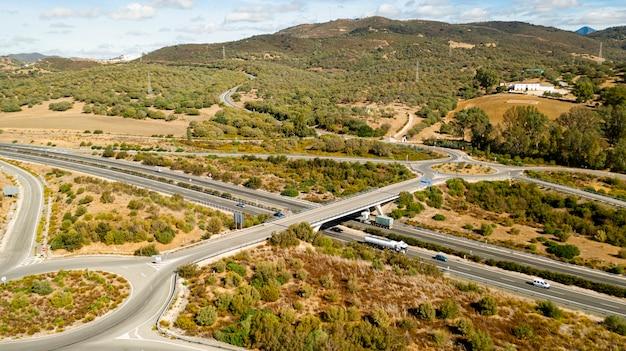 Vue aérienne de routes entourées par la nature