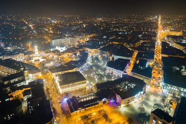 Vue aérienne des rues et des bâtiments lumineux et lumineux du centre-ville ukrainien d'ivano-frankivsk la nuit.