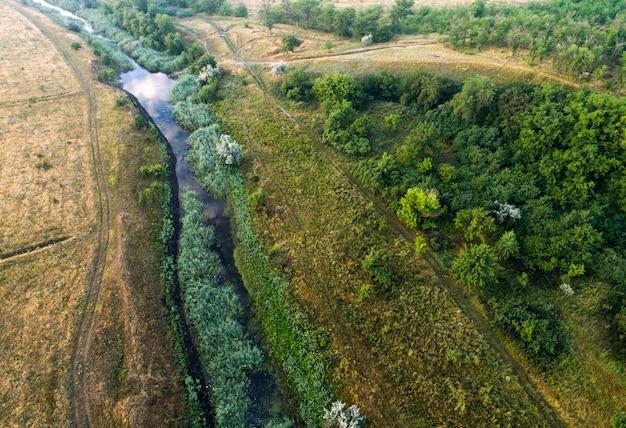Vue aérienne sur le ruisseau de la rivière. journée d'été nuageuse.