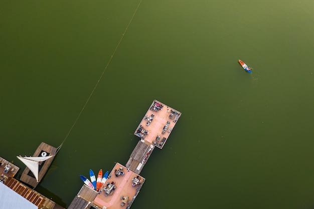 Vue aérienne de la salle à manger vue sur la rivière et une bonne vue de détente de la thaïlande