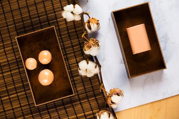 Vue aérienne de savon et de fleurs de coton sur le bureau
