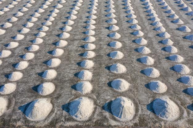 Vue aérienne de sel dans la ferme de sel prêt pour la récolte, thaïlande