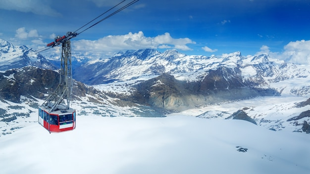 Vue aérienne de snowy mountain matterhorn avec ski house, zermatt, suisse