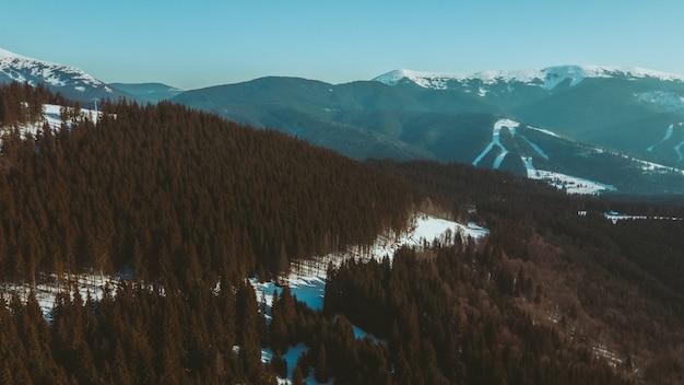 Vue aérienne de la station de ski avec espace de copie des pistes