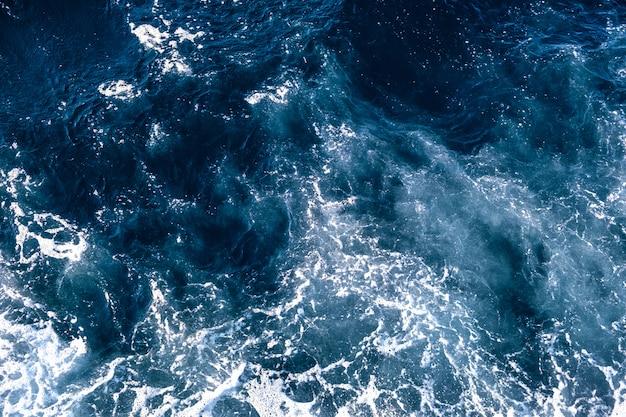 Vue aérienne de la surface de l'eau de mer