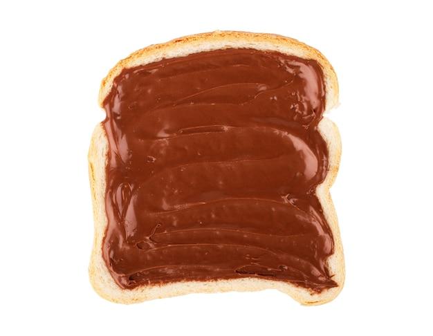 Vue aérienne de la tartinade au chocolat sur une seule tranche de pain grillé. isolé sur fond blanc
