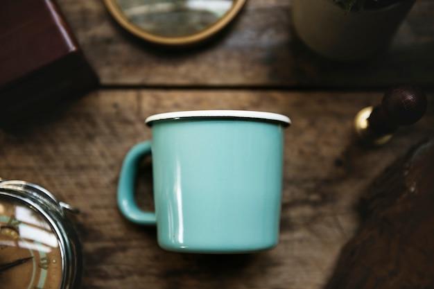 Vue aérienne, de, tasse bleue, sur, table en bois