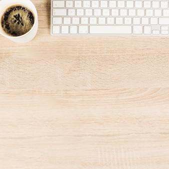 Vue aérienne, de, tasse à café, et, clavier, sur, table bois