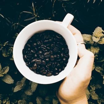 Vue aérienne de la tasse de café en grains