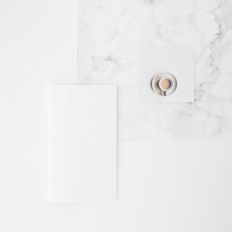 Vue aérienne, de, tasse à café, et, papier vierge, sur, bureau, contre, fond blanc