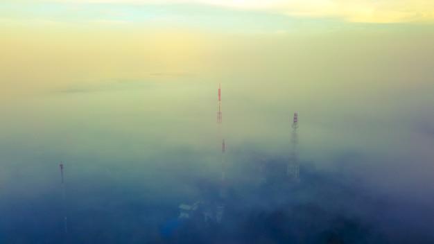 Vue aérienne, de, télécom, tour, sommet, de, montagne, à, brumeux.