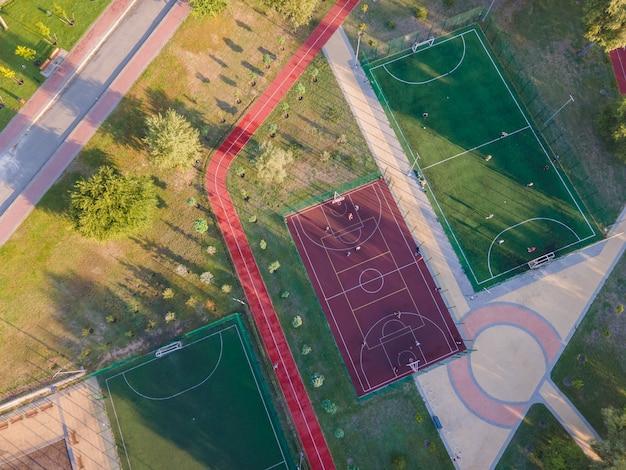 Vue aérienne des terrains de football et de basket-ball