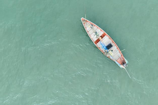 Vue aérienne, de, thaï traditionnel, bateaux pêche longtail, sur, surface océan