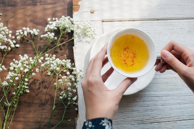 Vue aérienne d'un thé chaud au carthame