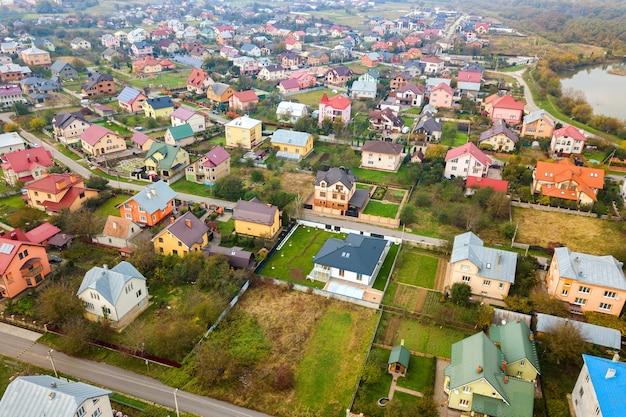 Vue aérienne des toits de maison dans un quartier résidentiel rural.
