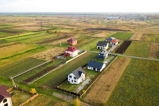 Vue aérienne des toits des maisons en zone résidentielle rurale.