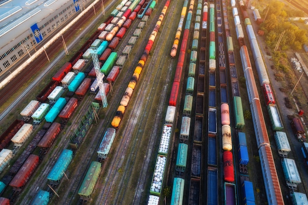 Vue aérienne de trains de marchandises colorés au coucher du soleil