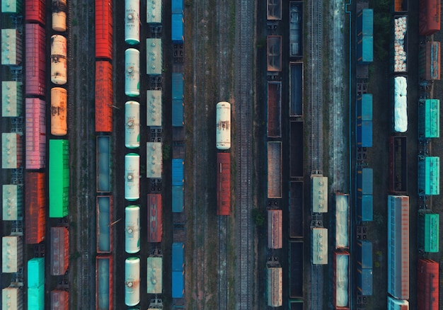 Vue aérienne de trains de marchandises colorés