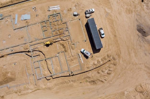 Vue aérienne sur les travaux de construction en vue du processus de préparation du nouveau quartier résidentiel avec des immeubles à appartements