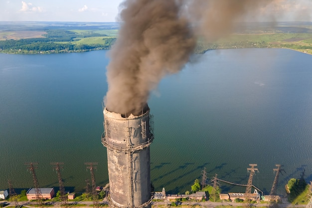 Vue aérienne des tuyaux hauts de la centrale au charbon avec une atmosphère polluante de cheminée noire. production d'électricité avec concept de combustible fossile.