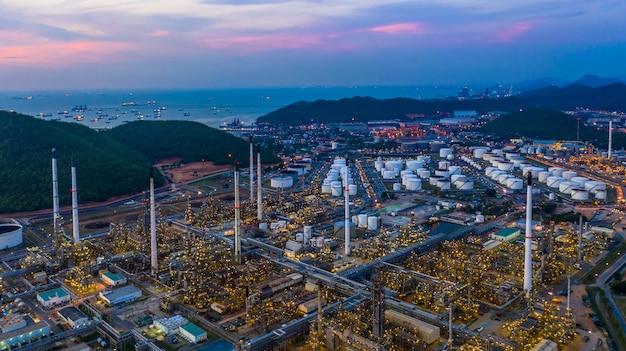 Vue aérienne de l'usine de raffinerie au crépuscule.