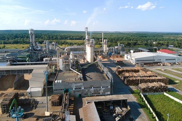Vue aérienne de l'usine de transformation du bois avec des piles de bois dans la cour de fabrication de l'usine.