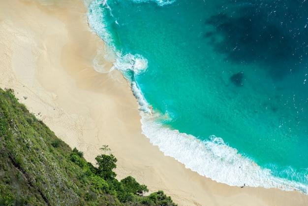 Vue aérienne de la vague de l'océan bleu paysage marin sur fond de plage de sable fin.